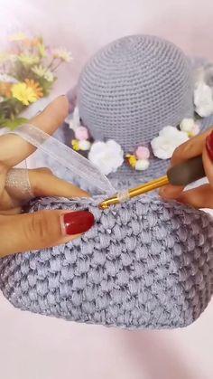 Crochet Pouf, Diy Crochet, Crochet Crafts, Crochet Bag Tutorials, Crochet Videos, Sewing Tutorials, Crochet Handbags, Crochet Purses, Knitting Patterns
