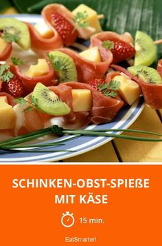 Schinken-Obst-Spieße mit Käse - smarter - Zeit: 15 Min. | eatsmarter.de Fruit Skewers, Party Buffet, Fruit Salad, Finger Foods, Kiwi, Ham, Catering, Low Carb, Food And Drink