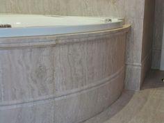 Chapado curvo para bañera en travertino romano
