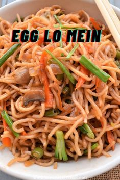 Delicious and easy egg lo mein just like take out style. Try this restaurant style Chinese egg lo mein which gets ready under 15 minutes. It is so easy to cook that you never go to restaurant again. This egg lo mein is loaded with vegetables and is perfect for fussy eaters too. The soy sauce and other sauces in it makes it mouth-watering lo mein recipe. Chinese Egg Noodles Recipe, Chinese Noodle Recipes, Egg Noodle Recipes, Lunch Recipes, Easy Dinner Recipes, Breakfast Recipes, Easy Meals, Vegetable Lo Mein, Vegetable Stir Fry