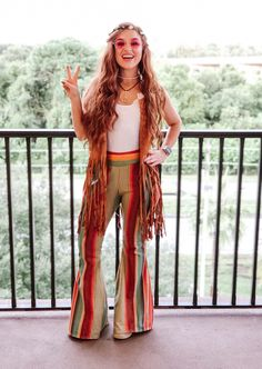 Hippy outfit, costume inspiration Easy and affordable costume for a decades party ! Cute Group Halloween Costumes, Halloween Kostüm, Halloween Outfits, Hippie Halloween Costumes, Nerd Costumes, Vampire Costumes, Costume Hippie, 70s Costume, Costume Ideas