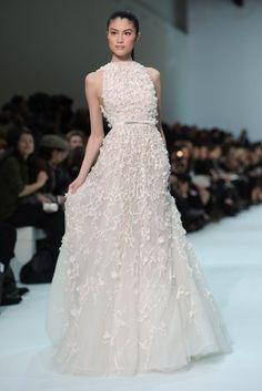 セレブや王妃御用達ブランド♡『エリーサーブ』のクラシカル&エレガントなウェデングドレスにきゅん♡にて紹介している画像                                                                                                                                                                                 もっと見る