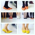 Novidadeee nas lojas: sapatilhas em couro com vazados a laser e lacinho! Nas cores laranja ou amarelo ref. 21362460 R$115,00 cada.