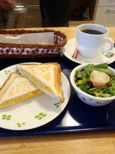 今日のお昼ご飯はホットサンドたまご味とブレンドコーヒーいただいています。