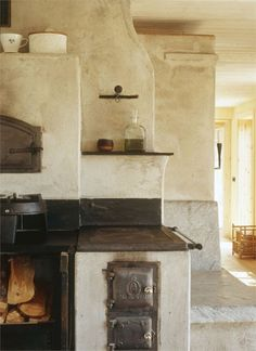 Old-fashioned kitchen.  LOVE this set up.