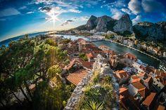 cidade de Omis ao entardecer na Croácia