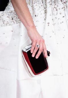 Pin for Later: Wir haben ganz genau hingesehen: Die besten Accessoires der Golden Globes  Tina Fey überließ die Aufmerksamkeit ihrem Kleid. Ein 9-karätiger Diamantring von Fred Leighton setzte einen kleinen Akzent.