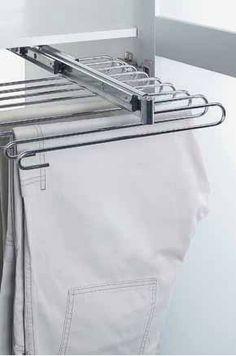Dobrze urządzona szafa to wyzwanie. Garderoba nie musi być duża, ważne aby była funkcjonalna, a ubrania w niej powieszone były zawsze gotowe do założenia.