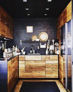 AMO o mix de revestimentos dessa cozinha! As pastilhas pretas da parede conferem textura e profundidade ao ambiente. A madeira de demolição das portas integram perfeitamente a decoração! Destaque para o corte assimétrico do armário um toque extra de personalidade para o projeto. Linda demais!!!  | Fonte: Pinterest @decoholic_blog by jesuisdecor http://discoverdmci.com
