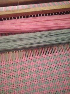 Lola Telares Weaving Loom Diy, Inkle Loom, Loom Knitting Blanket, Knitted Blankets, Woven Fabric, Fabric Weaving, Weaving Projects, Weaving Patterns, Tapestry Weaving