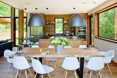 table en bois brut et chaises design de style scandinave