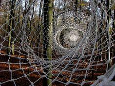 Karin van der Molen - percorso curvilineo realizato con l'intreccio di corde