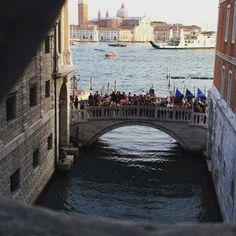 Essa foto nos mostra sem querer um pouco sa história de Veneza: a cidade foi construída sobre um arquipélago de 118 ilhas! #Veneza #italia #italy