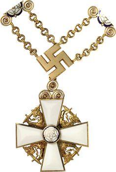 """FINNLAD - Ritterorden der Finnischen Weißen Rose [Suomen Valkoisen Ruusun ritarikunta]. Großkreuz-Kollanen-Set [suurristi ketjuin], 1. Modell (mit Hakenkreuzen – 1919-1963), 2. Ausführung (1936-1963), bestehend aus: Kollane mit neun Hakenkreuz- und neuen Rosen-Gliedern, jeweils Silber vergoldet, letztere teilweise emailliert, ein Hakenkreuz-Glied auf der Rückseite u. a. mit der Herstellerpunze """"A.T."""" der Firma A. Tillander in Helsinki,"""