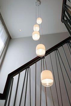 Chodbu a schodiště propojuje osvětlení Gong Mini 5R od výrobce Prandina.