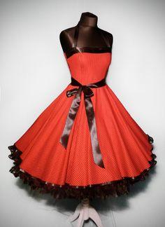 Wunderschön das Kleid im typischen 50er Jahre Polkadot-Dessin. Verarbeitet aus hochwertiger, kühler Baumwolle im schrägen Fadenlauf für einen noch bes