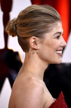 Rosamund Pike Shaved Nape Undercut hairstyle