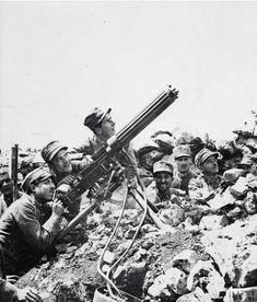 Soldati della Brigata Ferrara sul fronte del Carso con una mitragliatrice Fiat - Revelli mod. 1914