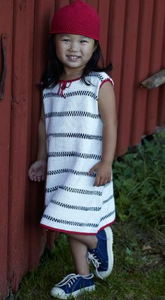 Strik den sødeste sommerkjole med striber a la Pippi Langstrømpes store trøje - du får også opskriften til den røde hat Crochet Girls, Knit Crochet, Chrochet, Knitting For Kids, Baby Knitting, Baby Barn, Cute Girl Dresses, Baby Dress, Cute Girls