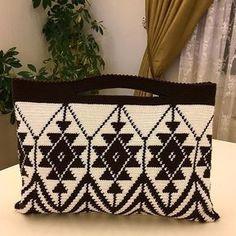 Ostaja, jossa on nahkaisen pohjapussin virkkaus - Artofit Tapestry Crochet Patterns, Weaving Patterns, Crochet Stitches, Knit Crochet, Crochet Clutch, Crochet Handbags, Crochet Purses, Diy Crafts Knitting, Crochet Projects
