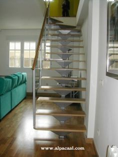 Escalera de Estructura Metálica con eje central y pasos de madera sobre palastros metálicos.  http://www.alpacasl.com/