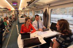 Los Reyes han compartido en su cuenta oficial en Twitter su viaje de trabajo en tren a Valladolid, donde han hecho entrega de los Premios Nacionales de Innovación y Diseño © Redes sociales