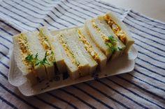 玉ねぎの入ったタルタル風の卵サンド。白身と黄身を別けて合わせると、ざく切りとは違った滑らかな食感がプラスされます。このレシピ、タルタル風なのに水っぽくならないんです。