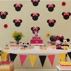 Festa clean e super fofa! O painel e a as bandeirolas fizeram a decoração, adorei! @estudioquatro ❤️ #kikidsparty Mickey Mouse Birthday Decorations, Mickey Birthday, Mickey Party, Minnie Mouse Party, Mouse Parties, 2nd Birthday Parties, Fiesta Mickey Mouse, Mickey Mouse And Friends, First Birthdays