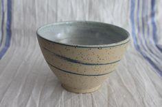 Eine wunderschöne schlichte Schale mit polierter Oberfläche, nicht nur als Milchkaffe- oder Müslischale. Die Spots im Ton machen die Oberfläche besonders interessant. Preis für ein Schälchen,...