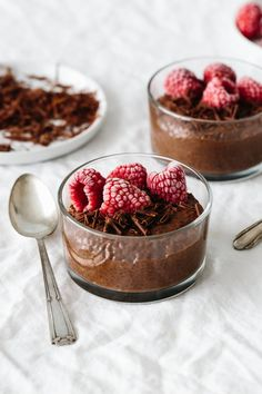 Chocolate chia pudding is so simple and amazingly delicious. It's the easies… Chocolate chia pudding is so simple and amazingly delicious. It's the easiest healthy dessert recipe you can make with no baking! Milk Recipes, Pudding Recipes, Healthy Dessert Recipes, Pudding Desserts, Healthy Desserts, Gourmet Recipes, Party Recipes, Healthy Lunches, Protein Desserts