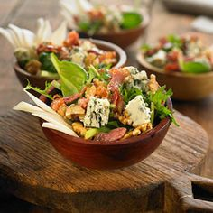 Spinach salad with blue cheese, pear, walnuts and bacon Salad Recipes, Vegan Recipes, Cooking Recipes, Salad Bar, Soup And Salad, Ceviche, Healthy Salads, Healthy Eating, Crudite