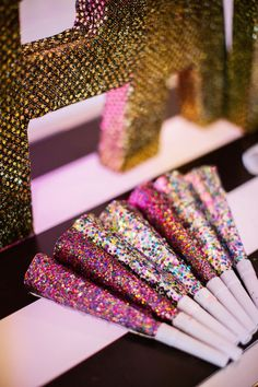 As we all prepare to watch the clock strike midnight for I couldn't resist sharing these sparkly, confetti-filled, New Year'. New Years Wedding, New Years Eve Party, Wedding Shit, Wedding Ideas, Nye Party, Party Time, Nye Ideas, Party Ideas, Kate Spade Party