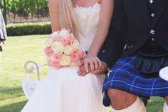 El novio con indumentaria escocesa y el tartán familiar. www.eventosycompromiso.com