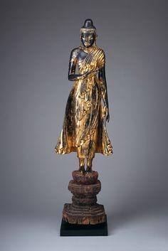 Diese Darstellung des Buddha stellt die zweite der sieben Wochen nach dessen Erwachen dar. In dieser Woche blickte Siddharta Gautama sieben Tage lang ohne zu blinzeln auf jenen Bodhibaum, der ihm während seiner Bemühung, die Erleuchtung zu erlangen, Schutz geboten hatte.  Die Geste der stehenden Figur wird mahakarunamudrā genannt, Geste des großen Mitgefühls. | Foto: Anatol Dreyer