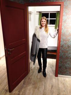 Outfit der Woche! Mantel mit Fake Fur Futter: s.Oliver Premium – Bikerhose mit Kunstlederfront: More & More – Pullover: Nice Connection – Bluse: Cinque – Boots: Crick It #fashion #ootw