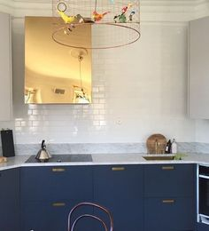 Den här Boxen i blank mässing är verkligen som ett smycke i köket! #hemmahos #fjäråskupan #box #mässing #brass #spiskupa #interior #interiordesign #inspo #kitcheninspo #homeinspo #scandinaviandesign #guld #gold