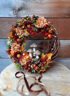 Fall Door Decorations, Autumn Wreaths, Fall Halloween, Floral Arrangements, Floral Wreath, Thanksgiving, Flowers, Christmas, Beautiful