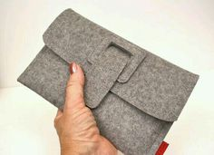 A simple, interesting Kindle Fire case made of luxurious wool felt. A simple DIY too! A simple, interesting Kindle Fire case made of luxurious wool felt. A simple DIY too! Felt Wallet, Diy Wallet, Felt Clutch, Felt Purse, Kindle Fire Case, Easy Diy Gifts, Fabric Bags, Felt Diy, Handmade Bags