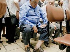 """Zdjęcie krążyło po internecie z podpisem: """"Prezydent Urugwaju, Jose Mujica, czeka na swoją kolej w szpitalu publicznym. Jak się okazało, prezydent wcale nie był u lekarza, ale na... zaprzysiężeniu nowego ministra finansów."""