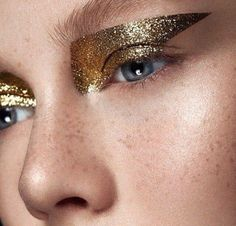 make up guide Gold glitter eye makeup // Photo by Ruo Bing Li make up glitter;make up brushes guide;make up samples; Catwalk Makeup, Runway Makeup, Metallic Makeup, Glitter Eye Makeup, Glitter Eyeshadow, Gold Eyeliner, Gold Lipstick, Eyeshadow Makeup, Drugstore Makeup