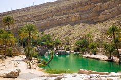 Wadi (vale) Bani Khalid, na região de Sharqiyah, Mascate, Sultanato de Omã. Wadi Bani Khalid é um vale a cerca de 203 km de Mascate, capital de Omã. É o vale mais conhecido da região de Sharqiyah. O seu fluxo de água é constante durante todo o ano. Grandes lagoas e pedras estão espalhadas ao longo do vale. Como uma área geográfica, Wadi Bani Khalid abrange uma grande faixa de terras baixas e as montanhas.  Fotografia:  Andries Oudshoorn.