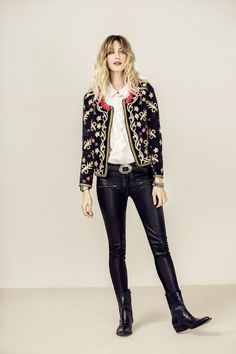 Embroidered jacket, skinny jeans in black with booties Ethnic Fashion, Boho Fashion, Winter Fashion, Fashion Outfits, Womens Fashion, Casual Fall Outfits, Cool Outfits, Look Kimono, Estilo Fashion