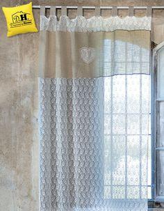 Romantica tenda in pizzo sulle tonalità del colore lino e del bianco. Misura 150x290 cm.