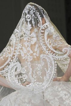 5 Ways And 40 Examples To Wear A Fabulous Mantilla Veil | HappyWedd.com
