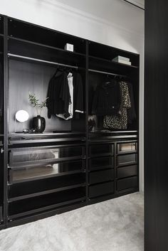 Inspiration: Garderober och walk in-closet Black Closet, Walking Closet, Walk In Wardrobe, Bedroom Black, Closet Space, Decorating Blogs, Closet Organization, Dressing Room, Armoire