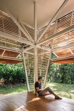 The house was also transported to site on a single truck, saving construction workers from travelling from Central Valley to the building site regularly. Prefabricated Houses, Prefab Homes, Houses In Costa Rica, Timber Ceiling, Tropical Architecture, Solar Shades, Thing 1, Sustainable Design, Open Plan