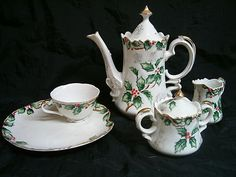 I'm on the look out for a Christmas tea pot Christmas Tea Party, Christmas China, Christmas Dishes, Holly Christmas, Tea Sets Vintage, Christian Christmas, Teapots And Cups, Chinese Tea, Coffee Set