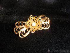 Broche de metal dorado con filigrana para atuendo regional