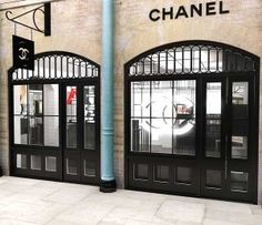 Chanel Beauty pop up shop opens in London. Shop offers educational workshops, consulting, and an outdoor area to recreate the feeling of being backstage of a catwalk at a fashion show.