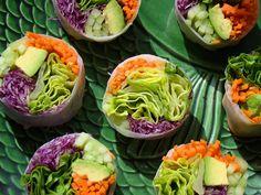 involtini vegan: carote, cavolo, cetriolo, avocado, lattuga